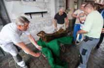 Установка скульптуры Everard 't Serclaes после акта вандализма